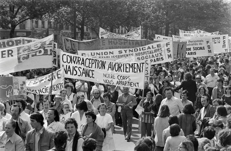 Une manifestation pour le droit des femmes à la contraception et à l'avortement le 24 mai 1977 à Paris