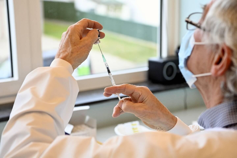 Préparation d'une injection d'un vaccin contre le Covid-19 à Overijse en Belgique le 18 février 2021