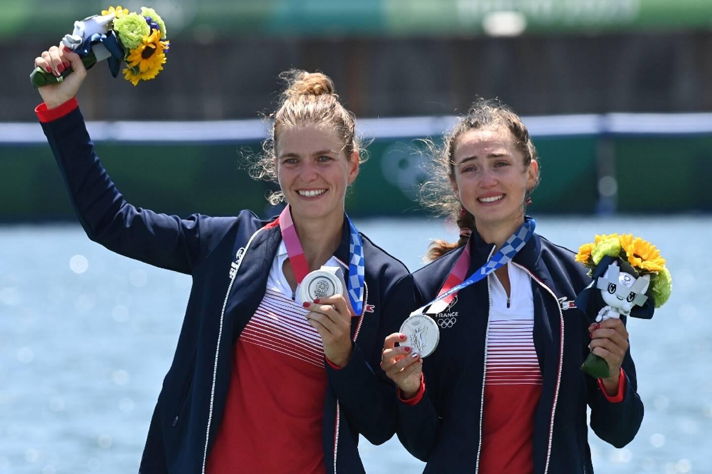 Les Françaises Laura Tarantola (g) et Claire Bovein, médaillées d'argent en aviron (deux de couple poids légers), le 29 juillet 2021 aux JO de Tokyo