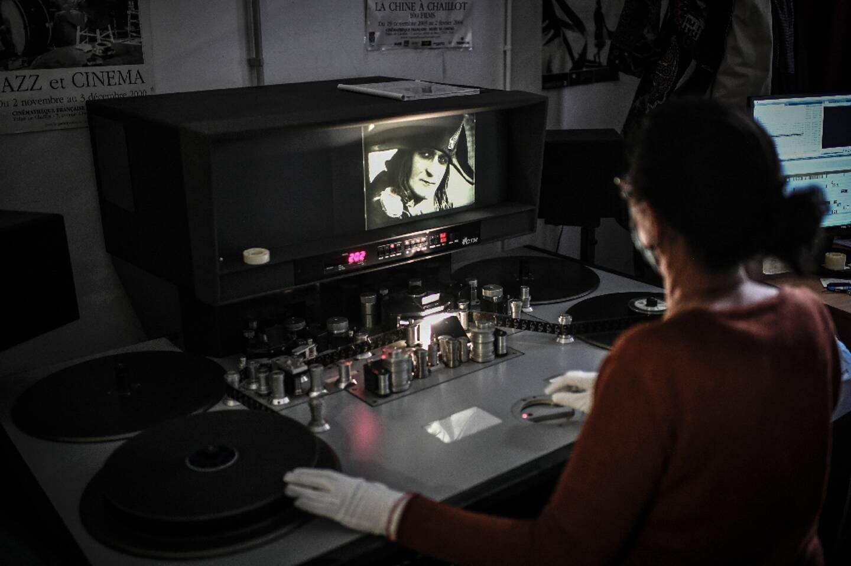 La monteuse Laure Marchaut travaillle sur le film Napoléon d'Abel Gance le 6 mai 2021 près de Paris