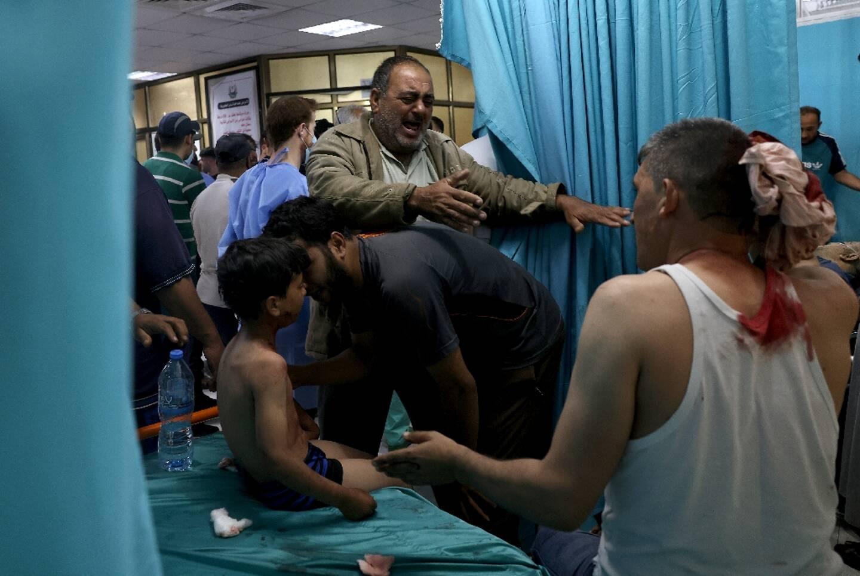 Des Palestiniens dans un hôpital du nord de la bande de Gaza, où l'armée israélienne a mené des frappes le 10 mai 2021