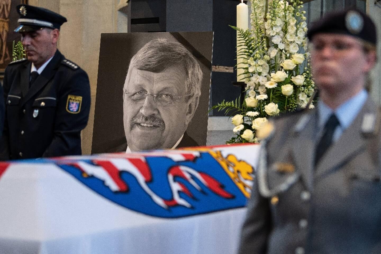 Portrait de l'élu Walter Lübcke, près de son cercueil lors d'un service commémoratif à Kassel, dans l'ouest de l'Allemagne, le 13 juin 2019