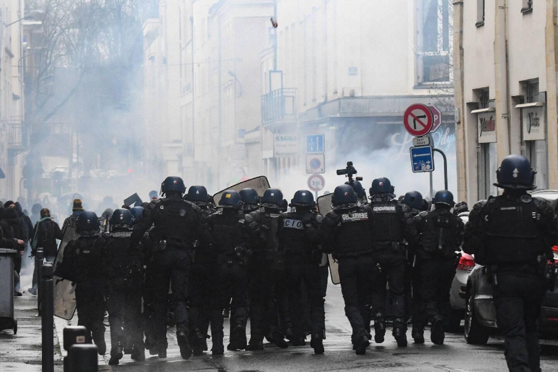 Des gaz lacrymogènes tirés par les gendarmes pour dissiper des manifestants à Angers le 30 janvier 2021
