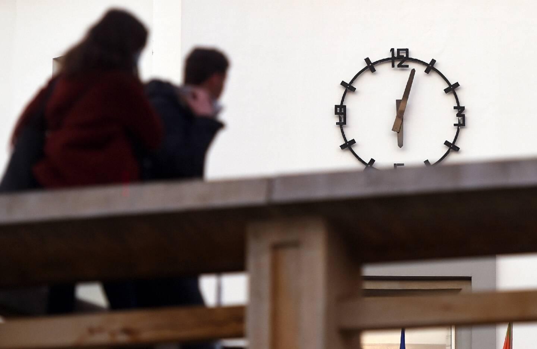 L'horloge de l'Hôtel de ville à Biarritz (sud-ouest) le 16 janvier 2021, quelques minutes après le couvre-feu de 18H00