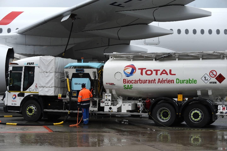 Un Airbus A350-900, avitaillé en partie par du carburant d'aviation durable produit par Total, une première, le 18 mai 2021 à l'aéroport de Rossy