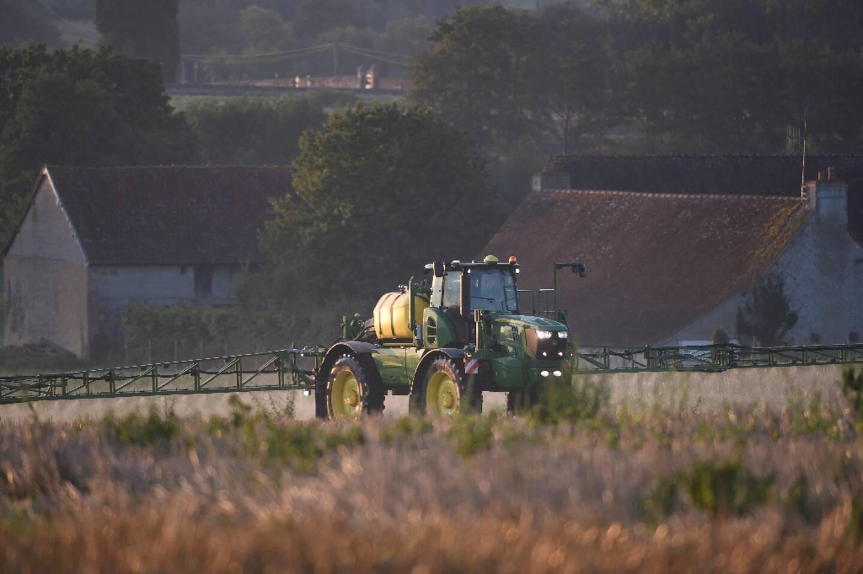 Un agriculteur français pulvérise du glyphosate dans un champ à Saint Germain-Sur-Sarthe (Sarthe)le 16 septembre 2019