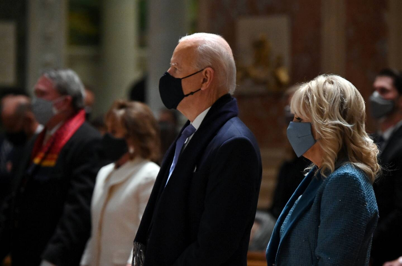 Joe Biden et son épouse Jill célèbrent la messe à Washington, mercredi 20 janvier