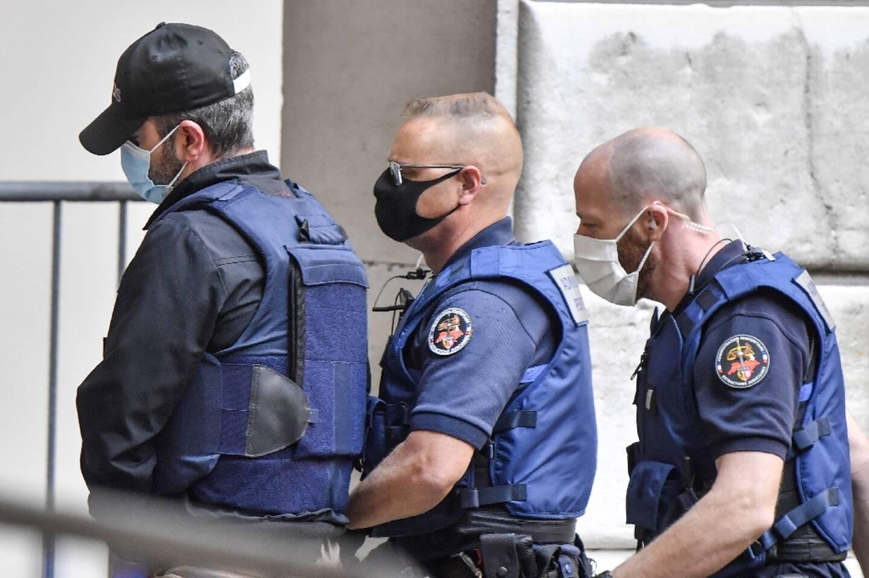 Nordahl Lelandais (g) sous escorte arrive au tribunal de Chambéry au deuxième jour de son procès pour le meurtre d'Arthur Noyer, le 4 mai 2021