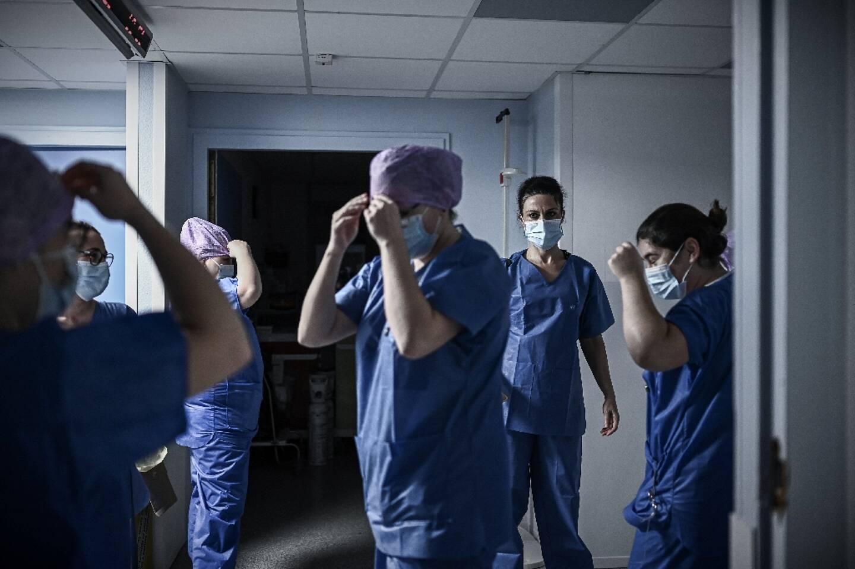Des soignantes dans l'unité de soins pour patients atteints du Covid-19 à la polyclinique privée Jean Villar, le 3 décembre 2020 à Bruges, en Gironde