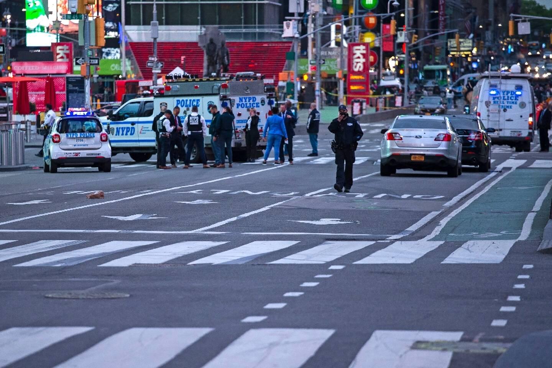 Des policiers à Times Square après une fusillade qui a fait trois blessés, le 8 mai 2021 à New York