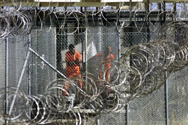Des détenus à la prison de Guantanamo en janvier 2002, à Cuba