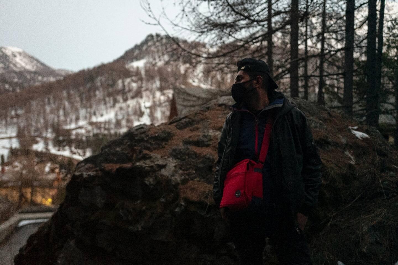 Un migrant durant sa traversée vers la frontière française, près du village de Claviere dans les Alpes italiennes, le 22 avril 2021