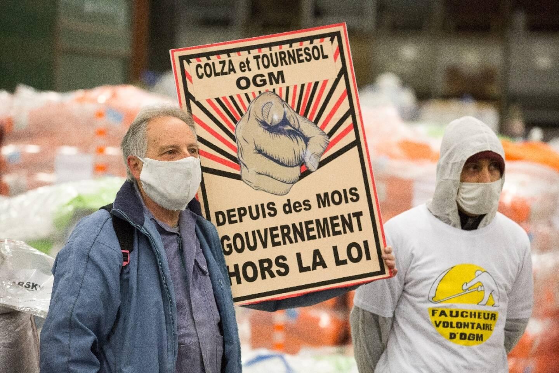 """Des """"faucheurs volontaires"""" d'OGM ont pénétré le 4 mars 2021 dans le site d'une coopérative agricole à Castelnaudary (Aude), éventrant plusieurs centaines de sacs de semences de colza et de tournesol qu?ils considèrent illégales"""