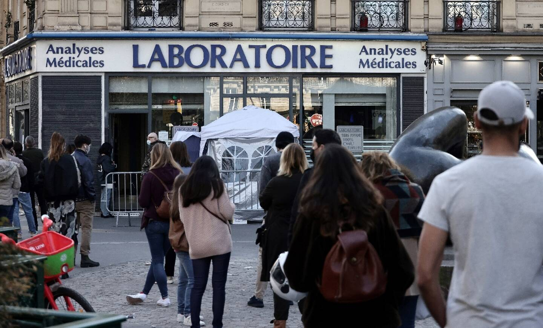 Des personnes font la queue pour subir un test PCR du coronavirus devant un laboratoire d'analyses à Paris, le 31 mars 2021