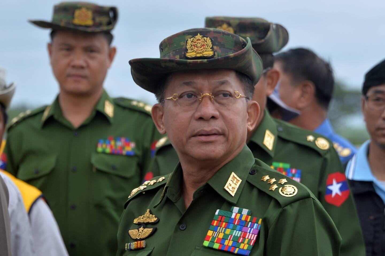 photo d'archives prise le 29 août 2018 montrant le chef de la junte militaire birmane, le général Min Aung Hlaing, inspectant un pont près de la capitale Rangoun