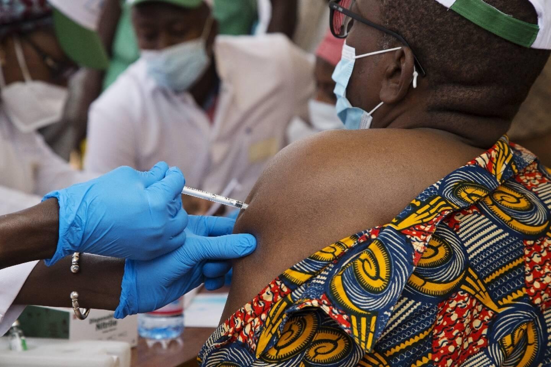Une femme reçoit le vaccin AstraZeneca contre le Covid-19, le 31 mars 2021 à Bamako, au Mali