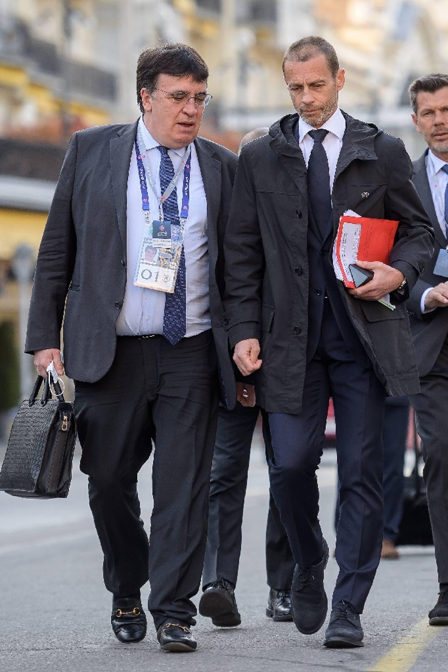 Le président de l'UEFA Aleksander Ceferin (D) et le secrétaire général  Theodore Theodoridis à Montreux (Suisse) le 20 avril 2021