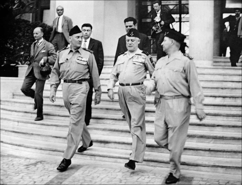 Les généraux putschistes Edmond Jouhaud, Raoul Salan, et Maurice Challe (de G à D) le 23 avril 1961 à Alger après leur prise du pouvoir
