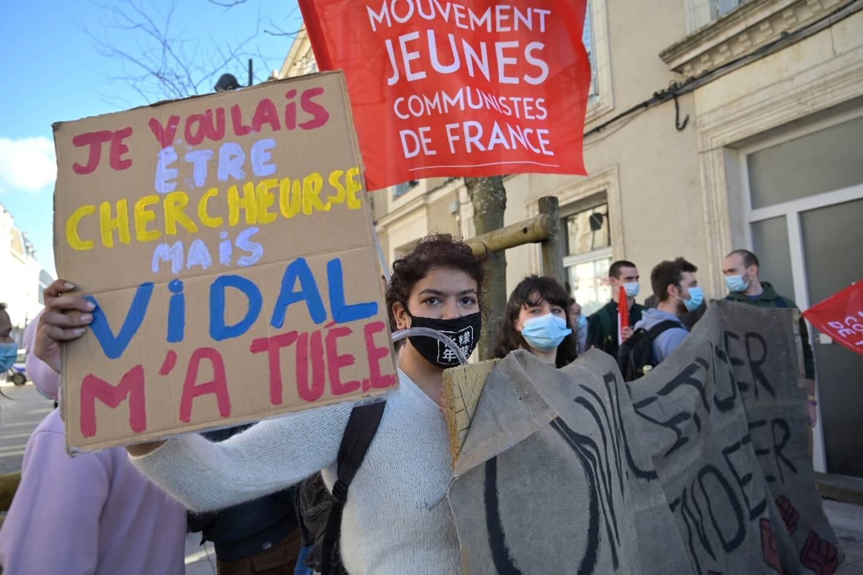 Des étudiants manifestent à l'occasion de la visite de la ministre de l'Enseignement supérieur à Poitiers, le 23 février 2021