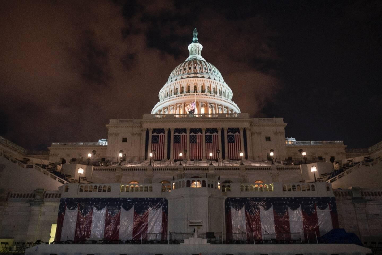 Drapeaux et pupitre sont en place au Capitole pour la cérémonie d'investiture de Joe Biden mercredi