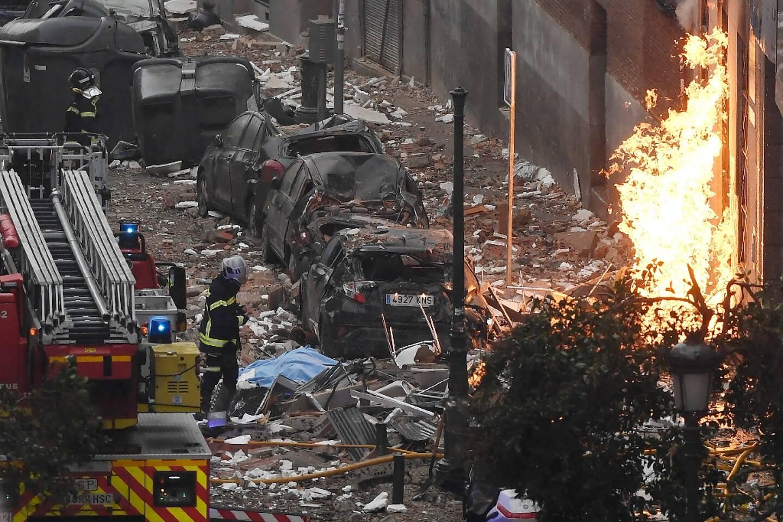 Des pompiers à proximité d'un immeuble détruit par une explosion à Madrid le 20 janvier 2021