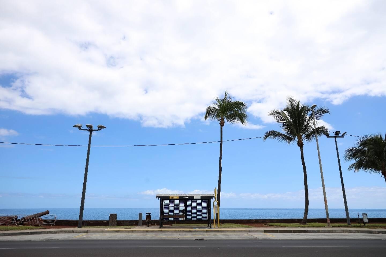 vue d'une route déserte, le long de la mer, à Saint-Denis de La Réunion, le 20 mars 2020