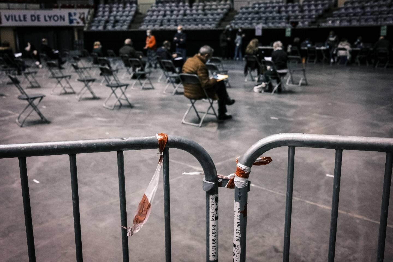 Des personnes attendent au Palais des Sports de Lyon, où se déroule la vaccination contre le Covid, le 14 janvier 2021