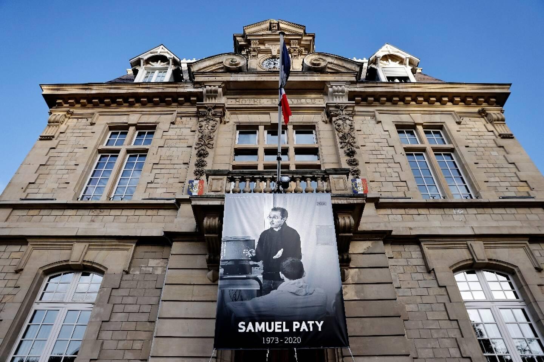 Un portrait de l'enseignant Samuel Paty sur la façade de la mairie de Conflans-Sainte-Honorine, le 3 novembre 2020