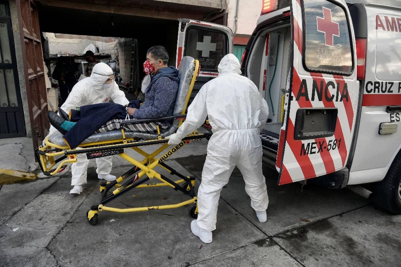 La Croix-Rouge emmène un malade du Covid-19 à l'hôpital à Mexico le 8 janvier 2021