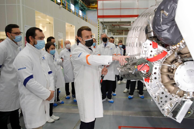 Le président français Emmanuel Macron, en visite sur le site d'ArianeGroup qui fabrique les moteurs du lanceur européen, le 12 janvier, à Vernon, dans l'Eure.