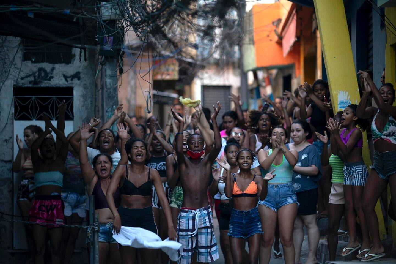 Des habitants de la favela Jacarezinho près de la scène où un trafiquant de drogue présumé a été abattu, le 6 mai 2021 à Rio de Janeiro, au Brésil