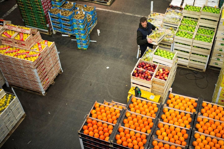 Au marché de Rungis (Val-de-Marne), dans la section des fruits et légumes, le 1er décembre 2017