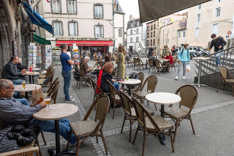 Terrasse de café Place Saint-Pierre à Clermont-Ferrand en octobre 2020