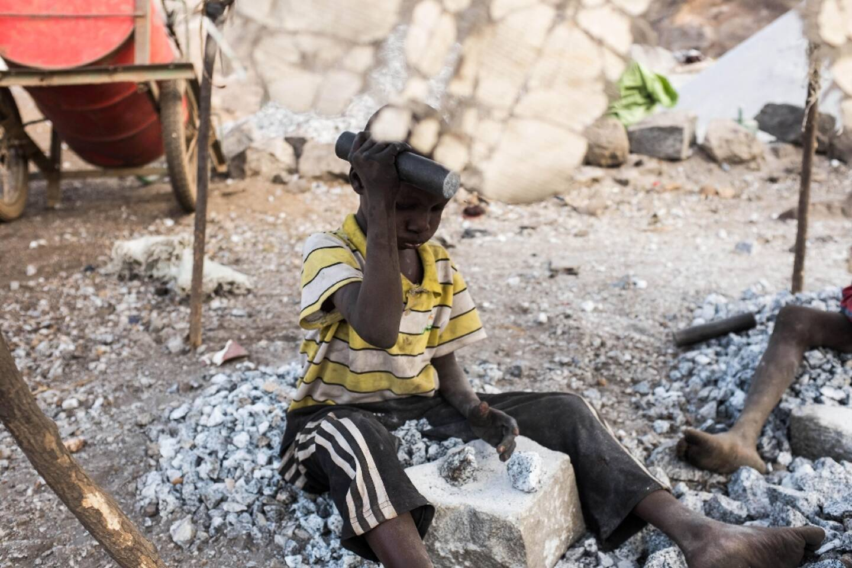 Un enfant travaille dans une carrière à Ouagadougou, au Burkina Faso, en décembre 2015