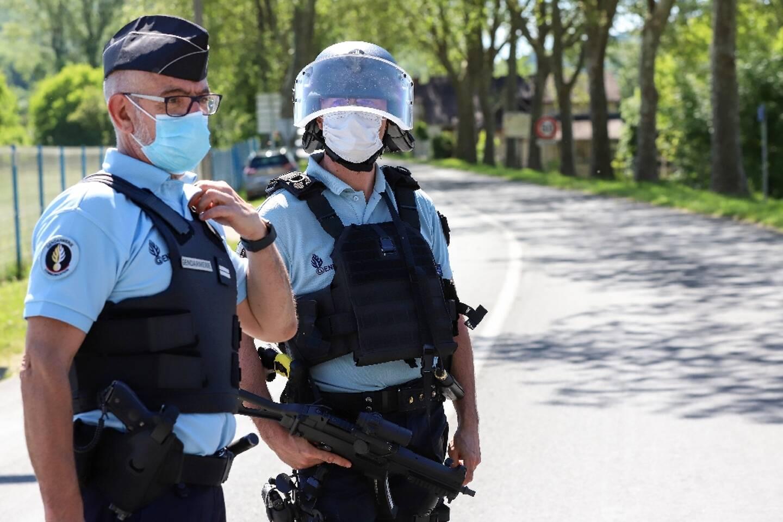 Des gendarmes effectuent des contrôles de véhicules au Lardin-Saint-Lazare, en Dordogne, le 30 mai 2021