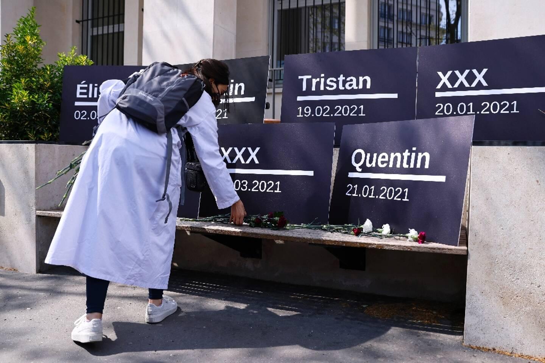 Rassemblement d'internes en médecine pour protester contre leur charge de travail depuis le début de la pandémie de Covid-19, le 17 avril 2021 devant le ministère de la Santé à Paris