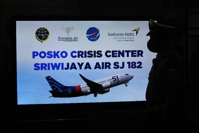 Un panneau de la cellule de crise mise en place après la disparition d'un Boeing de la compagnie indonésienne Sriwijaya, à l'aéroport Soekarno-Hatta à Tangerang près de Jakarta, le 9 janvier 2021