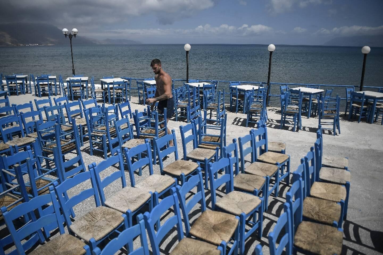 Un employé prépare l'installation d'une terrasse à Kissamos, dans le nord-ouest de la Crète, le 13 mai 2021
