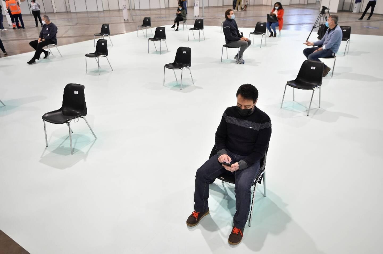Des gens attendent pour recevoir une injection contre le Covid-19 au Palais des expositions du Heysel à Bruxelles le 16 février 2021