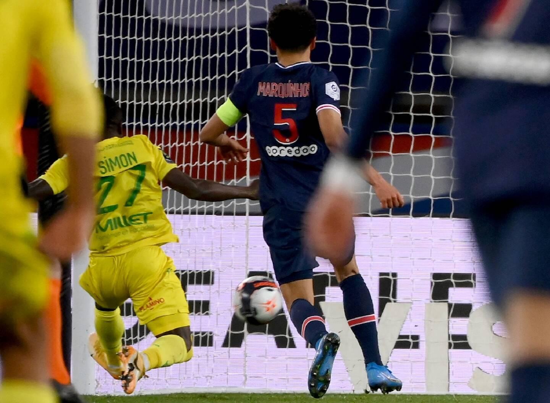 L'attaquant nigérian de Nantes, Moses Simon, marque le second but face au Paris Saint-Germain, lors de leur match de L1, le 14 mars 2021 au Parc des Princes