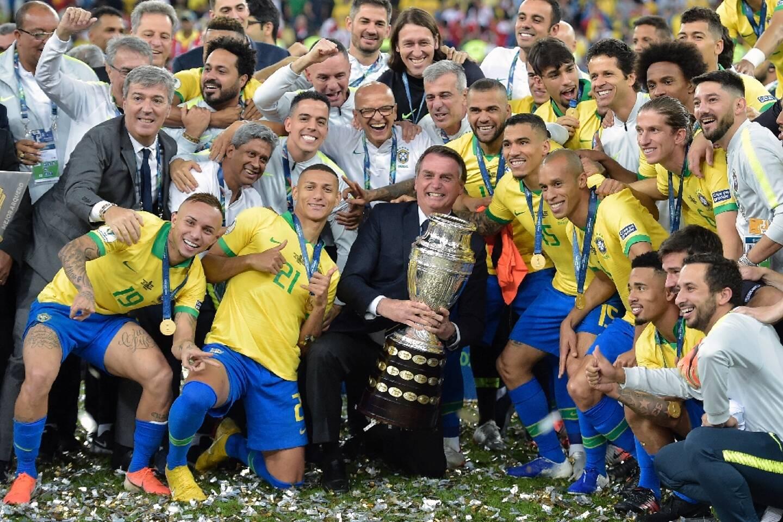 Le président brésilien Jair Bolsonaro tient le trophée de la Copa America après la victoire de l'équipe brésilienne le 7 juillet 2019 à Rio de Janeiro