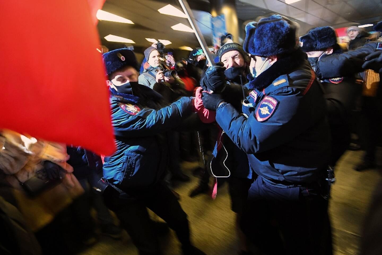 Des officiers arrêtent un partisan de l'opposant russe Alexeï Navalny venu l'attendre à l'aéroport de Vnoukovo à Moscou le 17 janvier 2021
