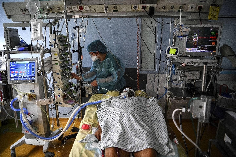 Un patient malade du Covid sous assistance respiratoire à l'hôpital Cochin le 18 mars 2021