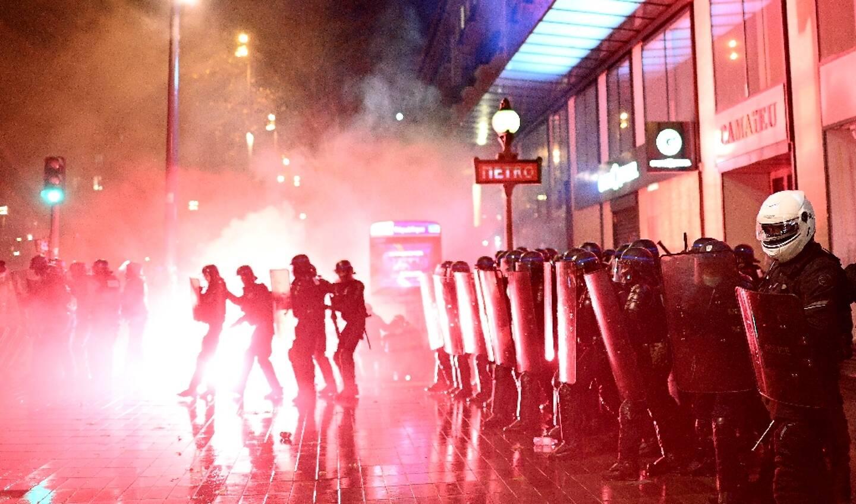 Intervention des forces de police Place de la République lors de la manifestation contre la proposition de loi sécurité globale, le 12 décembre 2020 à Paris