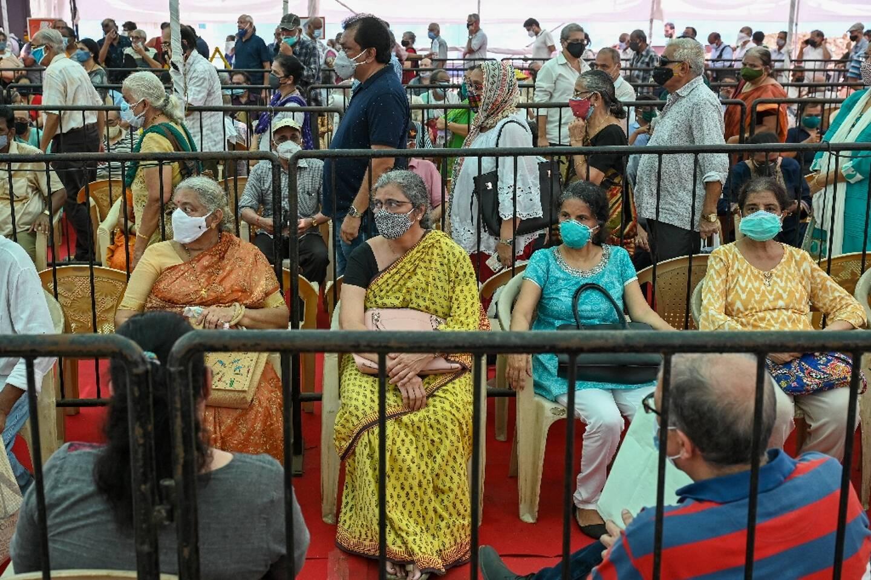 File d'attente dans un centre de vaccination à Bombay le 27 avril 2021