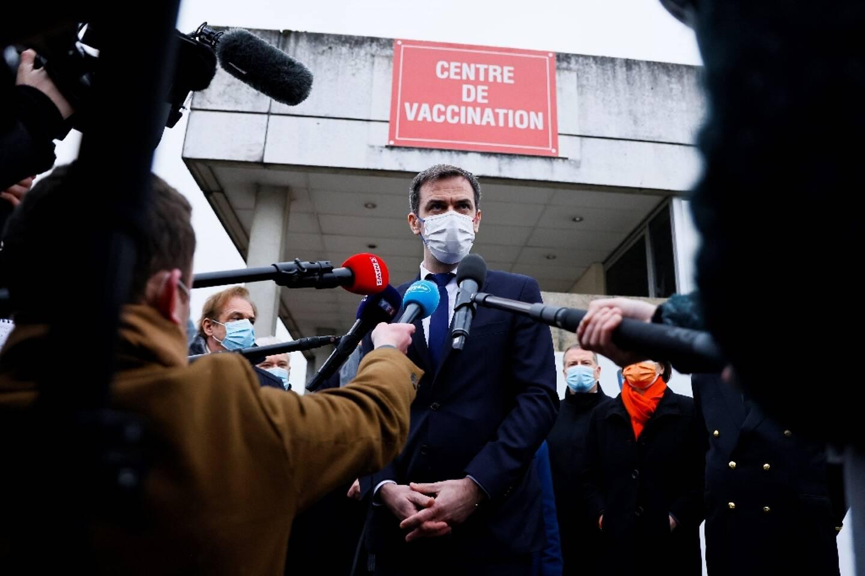 Olivier Véran tient un point presse à Melun, le 8 février 2021 après s'être fait vacciner