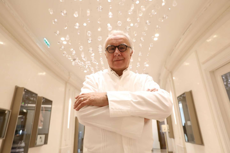 Alain Ducasse, le pape de la gastronomie française, va quitter le palace Plaza Athénée qu'il dirige depuis 21 ans.