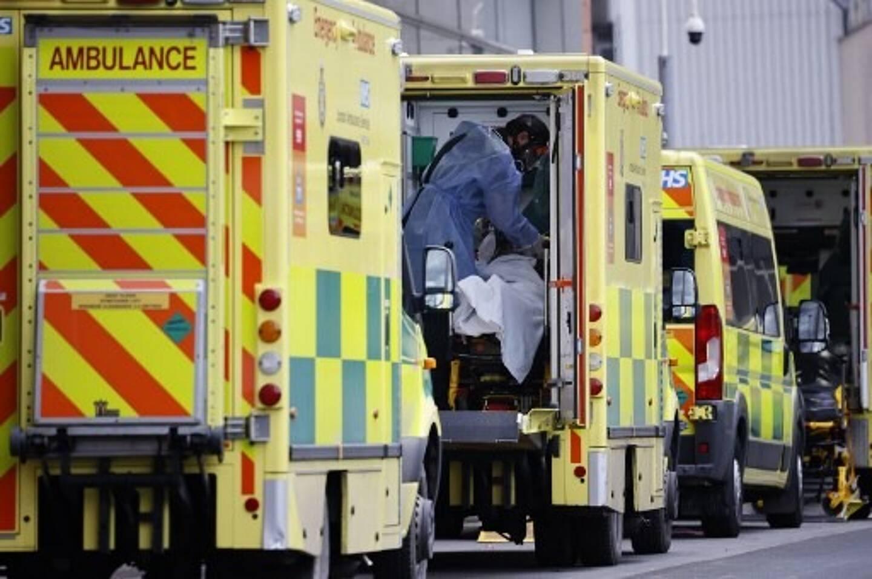 Un patient dans une ambulance au Royal Free Hospital de Londres le 11 janvier 2021 alors que la flambée des cas du nouveau coronavirus met les services de santé sous une pression croissante.