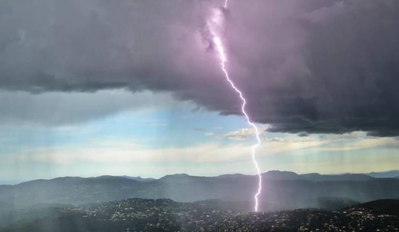 Grêle, éclairs immenses, pluies torrentielles... Les impressionnantes images de l'orage qui a frappé la Côte d'Azur dans la nuit