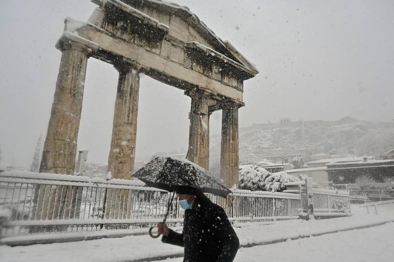 Un homme marche près de l'Agora romaine dans le centre d'Athènes.